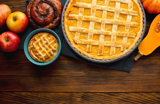 Lay piatto di torta di zucca per il ringraziamento Foto Gratuite