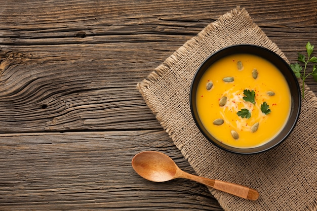 Flat lay pumpkin soup in bowl with copy space Free Photo