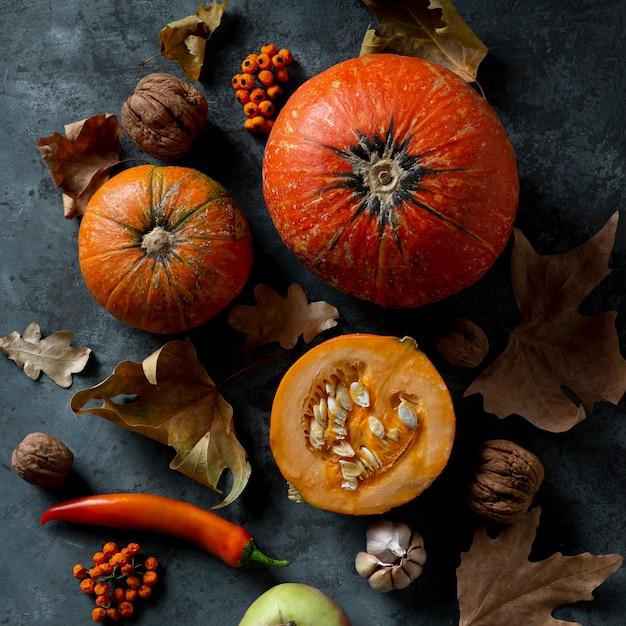 Zucche piatte e foglie di autunno Foto Gratuite