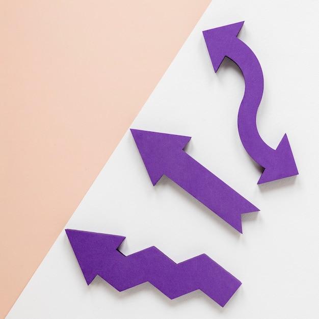 Плоские лежали фиолетовые стрелки и крем картон на белом фоне Бесплатные Фотографии