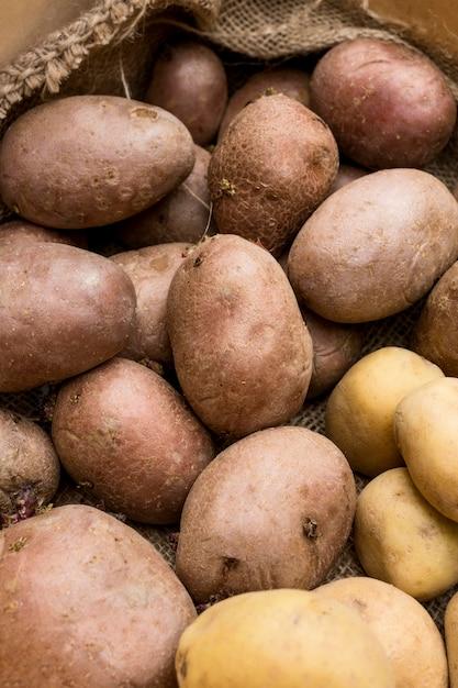 Disposizione di patate crude distese piatte Foto Gratuite