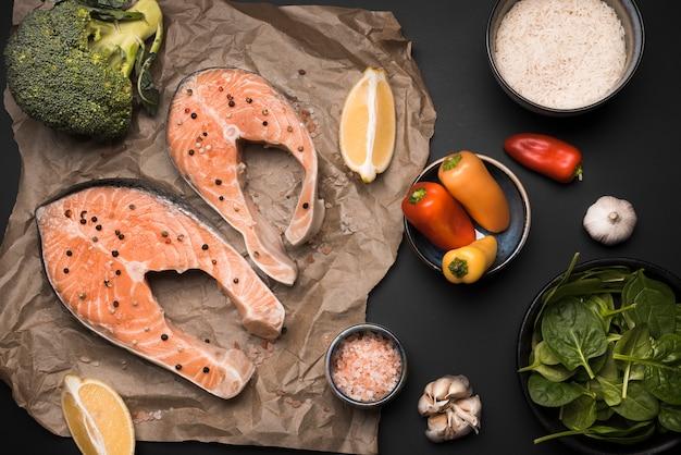 Плоские лежал сырой стейк из лосося и ингредиенты Бесплатные Фотографии