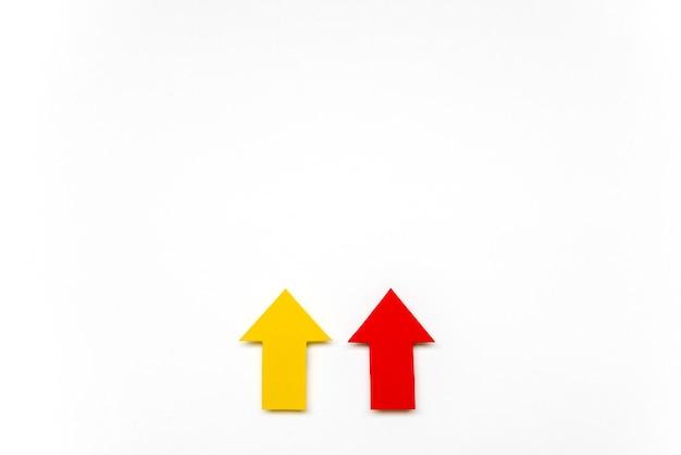 Плоские лежали красные и желтые стрелки Бесплатные Фотографии