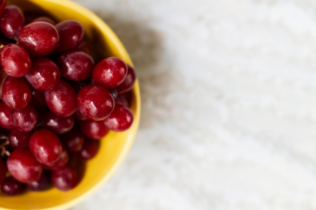 Flat lay red grapes in bowl Free Photo