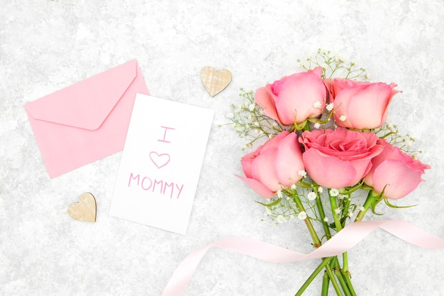 Flat lay of roses bouquet with envelope Free Photo