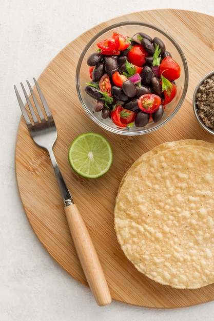 Flat laysalad with black beans and tortillas Free Photo