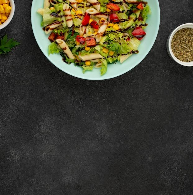 チキンとバルサミコ酢のフラットレイサラダ、コピースペース付き 無料写真