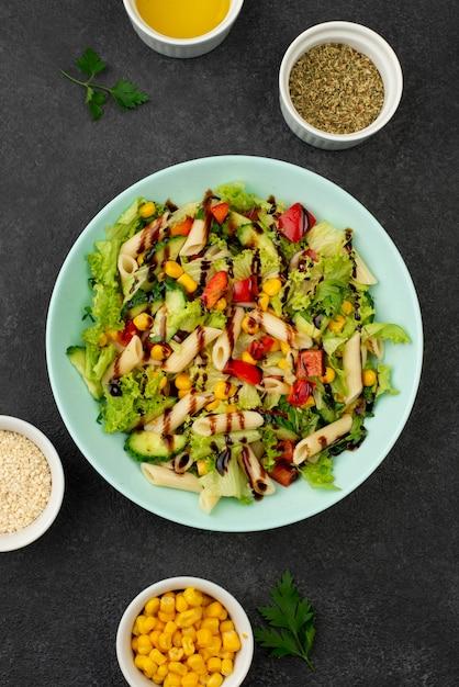 チキンとバルサミコ酢のフラットレイサラダ 無料写真