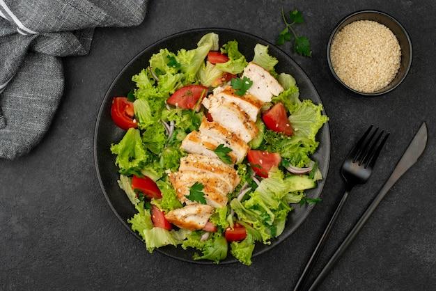 닭고기와 참깨가 들어간 납작한 샐러드 무료 사진