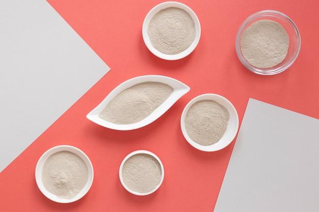 Плоский лежал песок на пастельном красном фоне Premium Фотографии