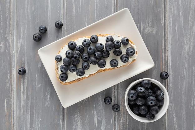 크림 치즈와 블루 베리 접시에 평평하다 샌드위치 무료 사진