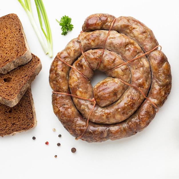 フラットレイソーセージとパンのアレンジメント 無料写真