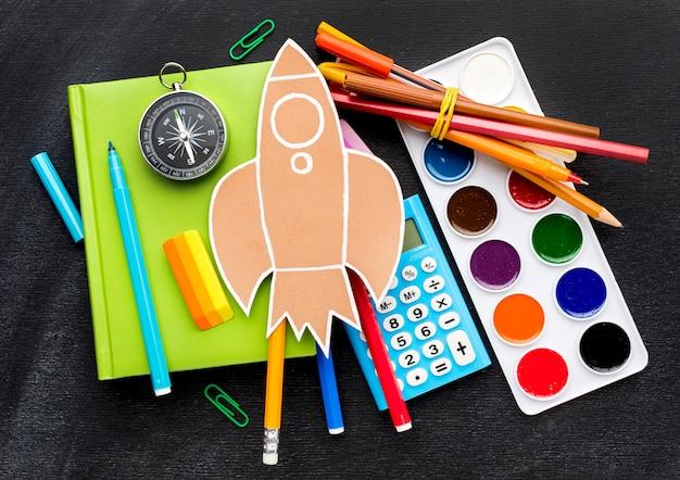 Disposizione piana degli elementi essenziali della scuola con l'acquerello e il calcolatore Foto Gratuite