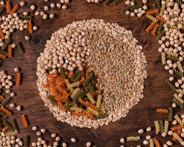 Расположение плоских семян и макарон Бесплатные Фотографии