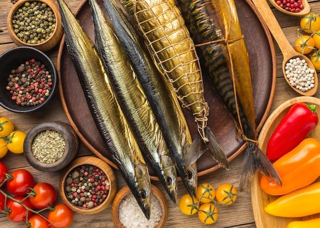 Плоские лежал копченой рыбы на деревянном столе Бесплатные Фотографии