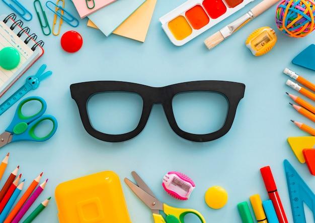 Плоские лежал канцелярские мел доска для очков на белом столе. концепция возвращения в школу, обучение, офис Premium Фотографии
