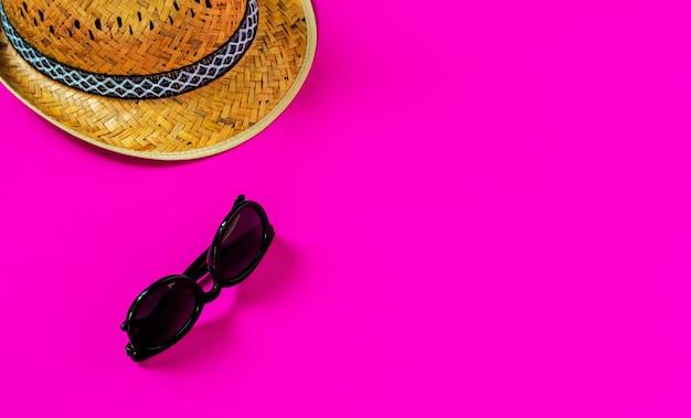 ピンクの表面にフラットレイ、麦わら帽子、サングラス 無料写真