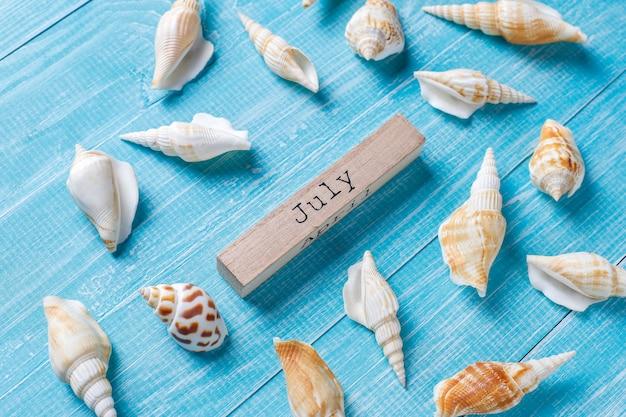 Плоская планировка летней композиции с морскими раковинами Бесплатные Фотографии
