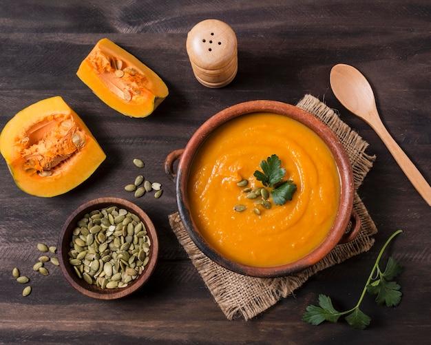 フラットレイアウトのおいしい秋の食べ物の配置 Premium写真