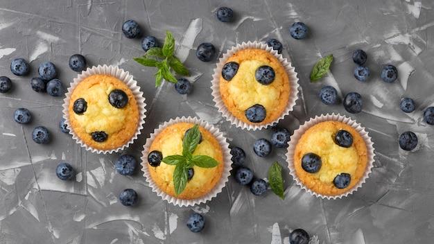 Muffin gustoso piatto laici con mirtilli Foto Gratuite
