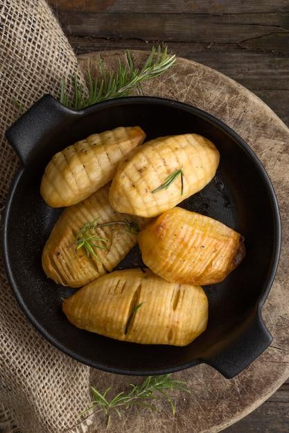 Плоско положите вкусный картофель в миску Бесплатные Фотографии