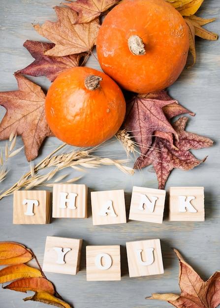 Lay piatto del messaggio di ringraziamento con foglie ed elementi autunnali Foto Gratuite