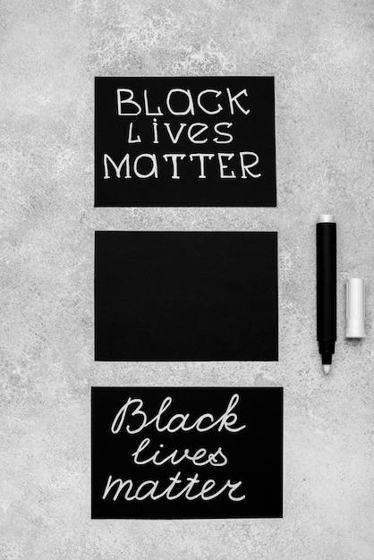 Disposizione piatta di tre carte con materia viva nera e penna Foto Gratuite