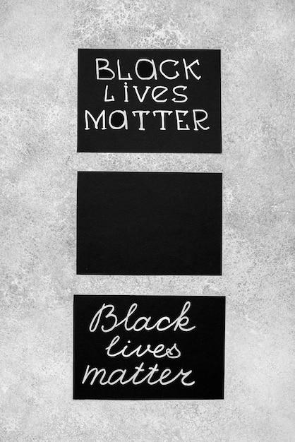 Disposizione piatta di tre carte con vite nere contano Foto Gratuite