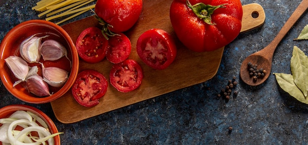 Flat lay of tomatoes with veggies Free Photo
