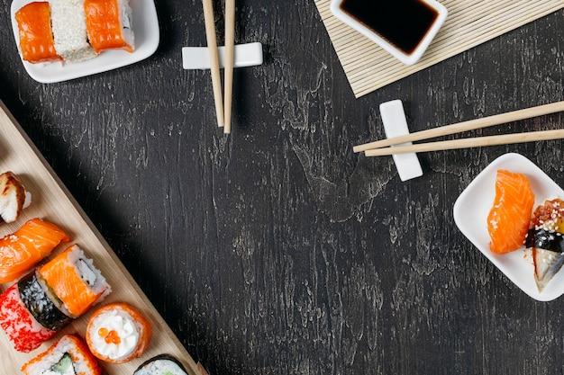Плоские традиционные японские суши с копией пространства Бесплатные Фотографии
