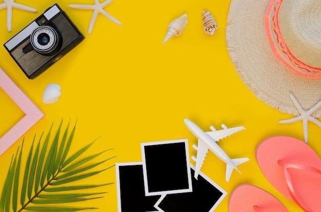 Плоские дорожные инструменты на столе Бесплатные Фотографии