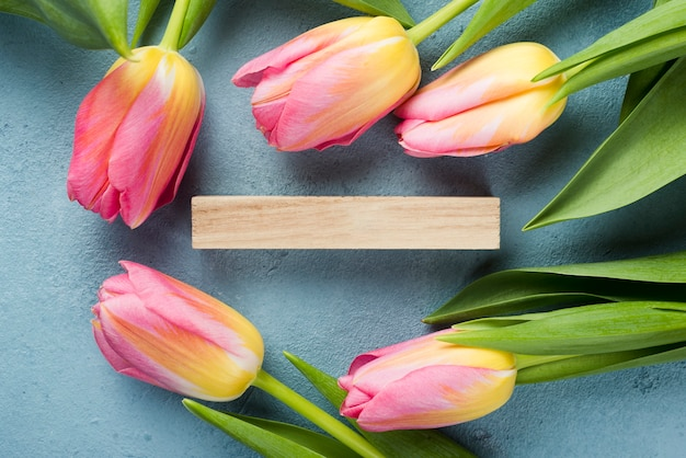 Flat lay tulips frame with wooden tag Free Photo
