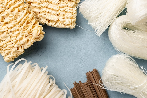 Flat lay uncooked assortment of noodles Free Photo