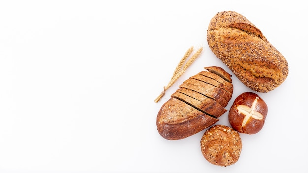 Flat lay variety of fresh baked bread and copy space Free Photo