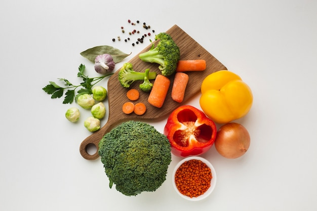 Flat lay vegetables mix on cutting board Free Photo