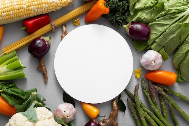 Плоские овощи смешиваются с пустым кружком Бесплатные Фотографии