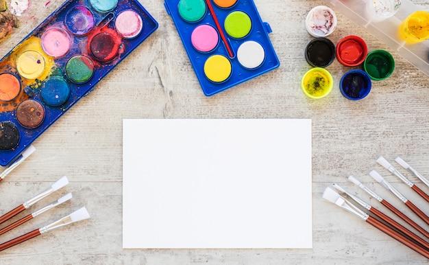Плоская планировка акварельной краской белой бумаги Бесплатные Фотографии