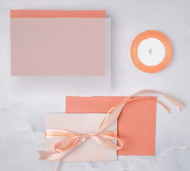 Flat lay wedding composition with minimalist invitations mock-up Free Photo