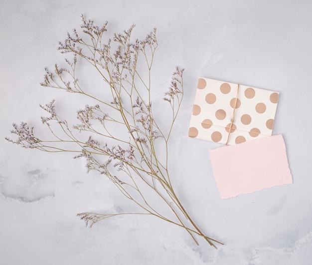 Flat lay wedding composition with minimalist invitations Free Photo