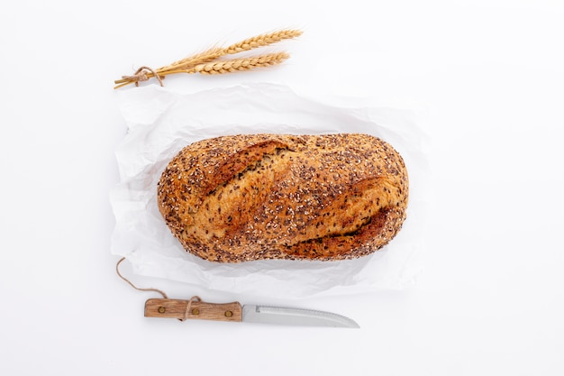 Flat lay wholegrain bread and knife Free Photo