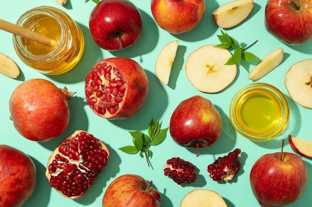 Плоская ложка с яблоком, медом и гранатом на мяте Premium Фотографии