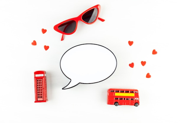 Flat lay with london phonebooth and light box in form of speech bubble with copy space for text Premium Photo