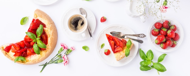 Flat lay with strawberry cheesecake Premium Photo