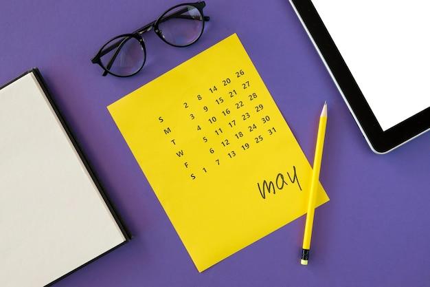 フラットレイイエローカレンダーと老眼鏡 無料写真