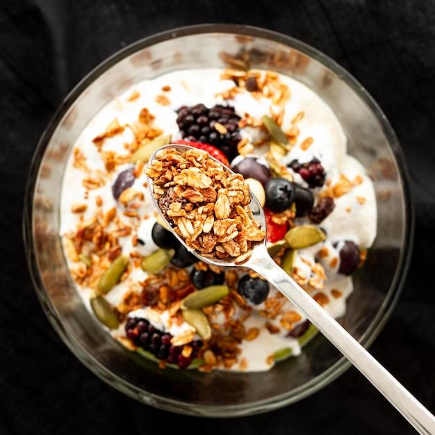 Плоский йогурт с хлопьями и фруктами Бесплатные Фотографии