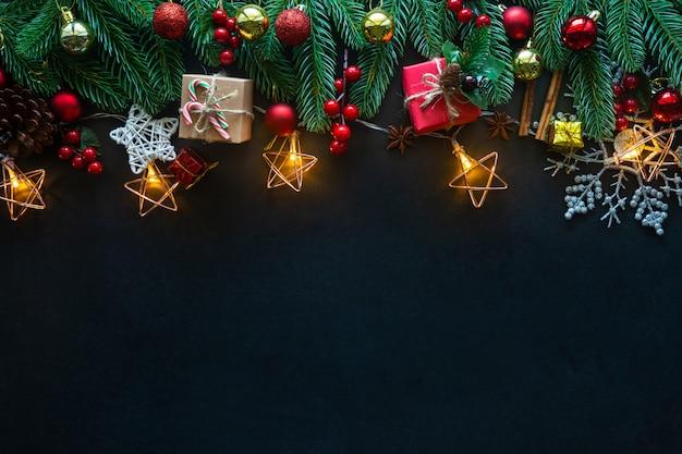 Праздничное рождественское праздничное украшение на черном фоне от flat lay. Premium Фотографии
