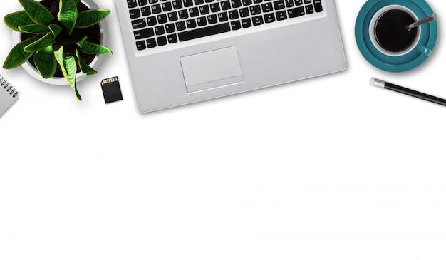 Плоский макет современного ноутбука, чашка кофе, карандаш, блокнот, флэш-карта, цветочный горшок с зеленым растением, изолированные на белой стене с копией пространства. современный гаджет. рабочее место бизнесмена Бесплатные Фотографии