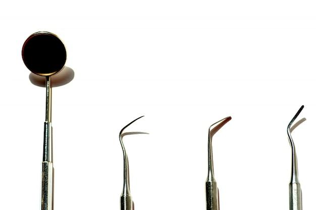 さまざまな歯科用ツールは、明るい背景にflatlayをレイアウト Premium写真
