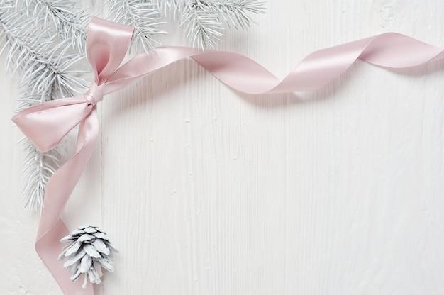 ツリーコーン、flatlayとクリスマスピンクリボンフレーム Premium写真