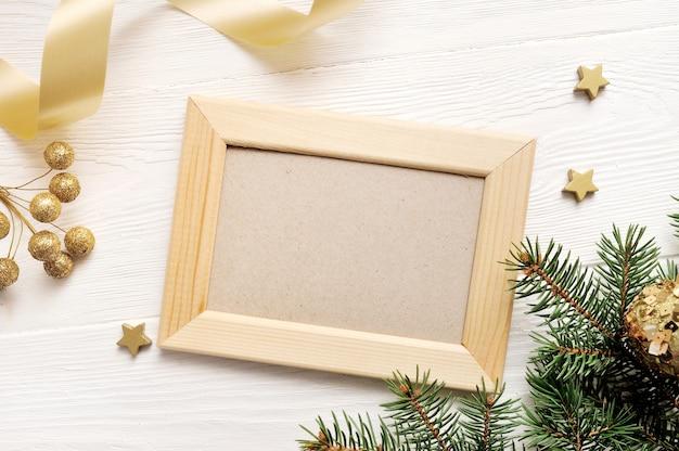 モックアップクリスマスグリーティングカードトップビューと木製フレーム、上にflatlay Premium写真